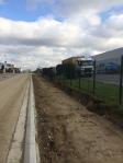 Met een zaagsnede en nieuwe kantstroken (borduren) wordt een deel van de straat herbestemd voor fiets- en voetpaden