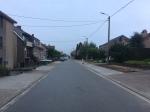 Brede voetpaden in de Halleweg, vlakbij de drukke Lenniksebaan