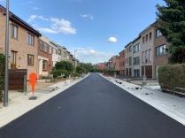 Bronstraat na aanleg riolering en asfaltering